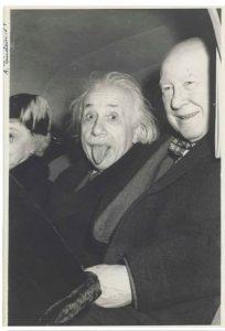 Albert Einstein saca la lengua junto a Frank Aydelotte y su mujer